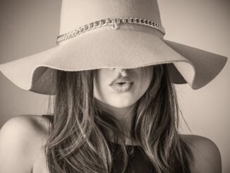 Dívka ve starém klobouku.