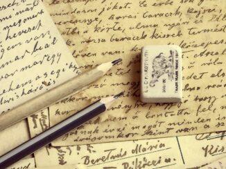Ručně psané dopisy, dvě tužky a guma na gumování.