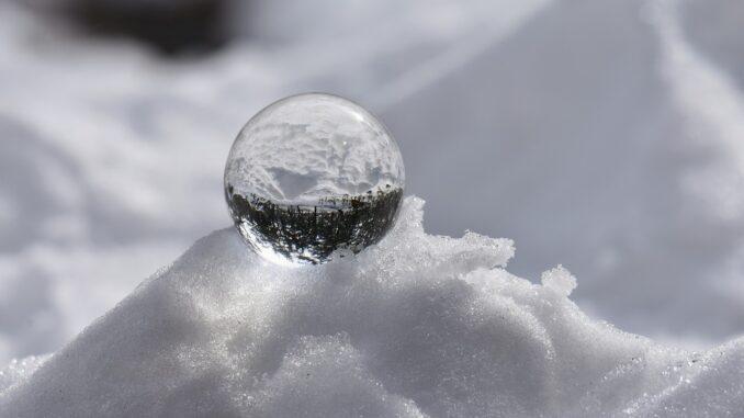 Slenená koupe na sněku s odrazem lesa