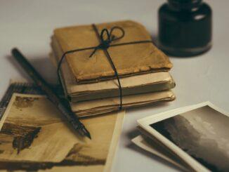 Starsé dopisy převázané do balíčku provázkem