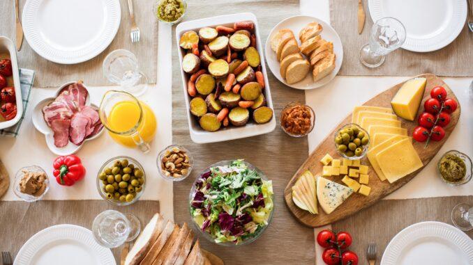 prostřený stůl, večeře