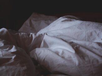 Prázdná postel v noci.