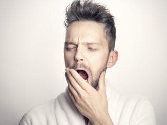 Zívající muž.
