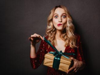 Žena s dárkem.