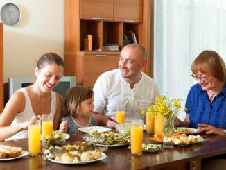 Rodina u oběda.