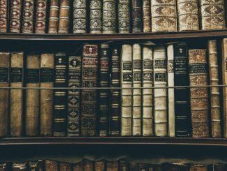 Knihovna se starými svazky.