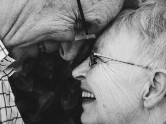 Šťastný seniorský pár.