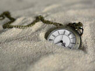 Kapesní hodiny v písku.