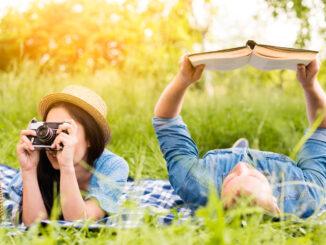 Pár při volném čase: ona fotí, on si čte.