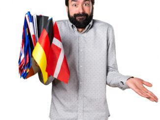 Muž s vlajkami.