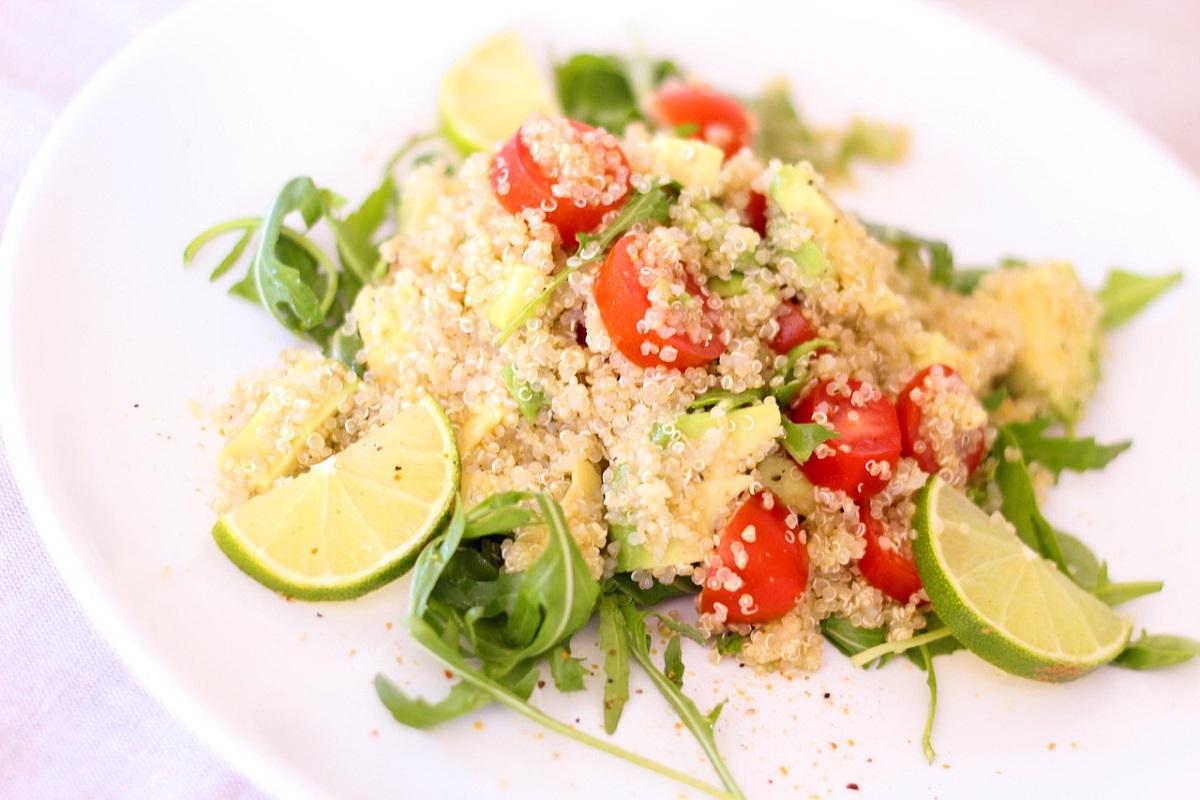 Salát z bílé quinoy.