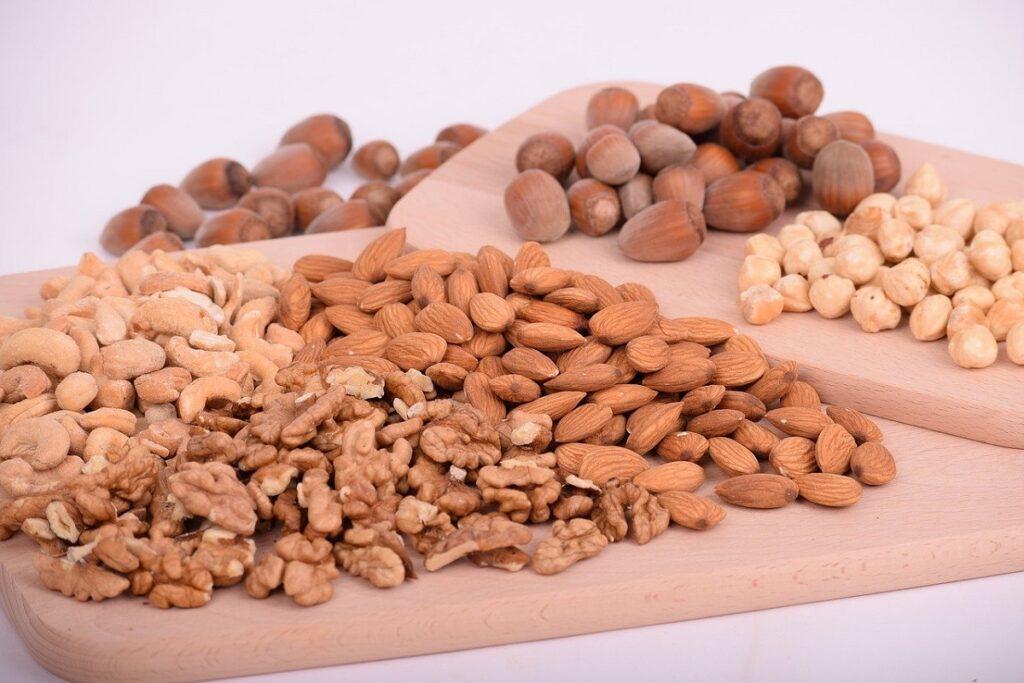 Různé druhy ořechů.
