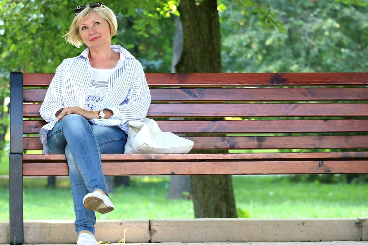 Žena na lavičce.