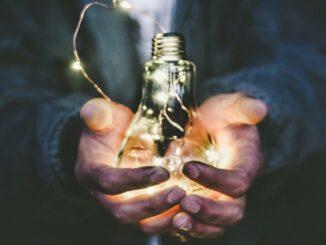 žárovka co svítí v dalních