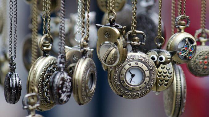 Staré kapesní hodinky.