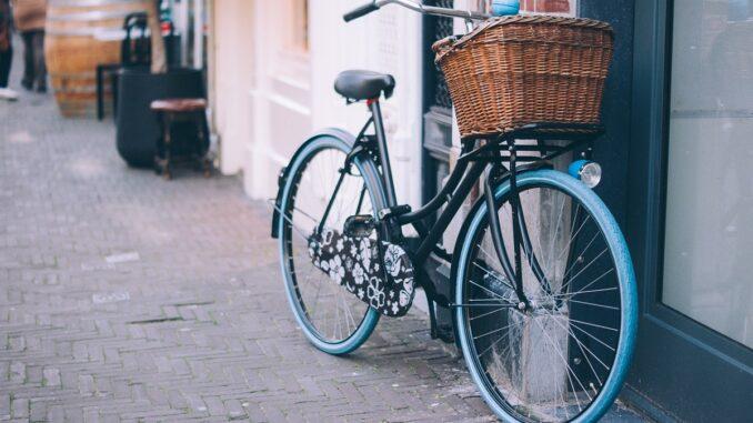 Jízdní kolo s košíkem.