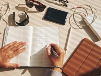 Muž si píše seznam.