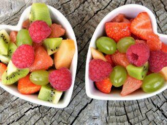 Ovoce ve dvou miskách.