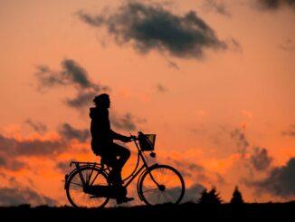 Jízda na kole proti červánkům na nebi.