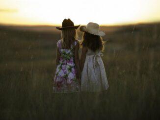 Dvě dívky při západu slunce.