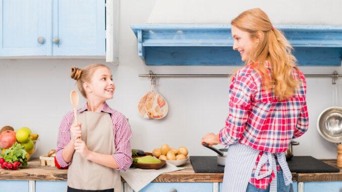 Dívka s matkou vaří.