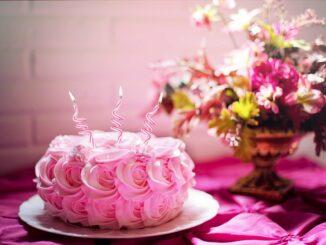 Narozeninový dort a kytice.