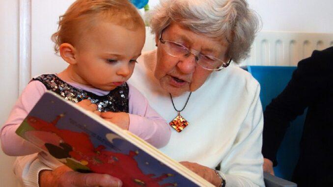 Babička s vnučkou si čtou knížku.