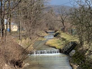 Řeka se splavy.