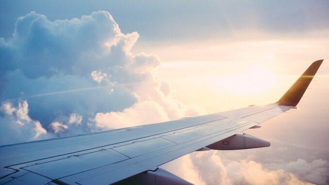 Křídlo letadla a západ slunce