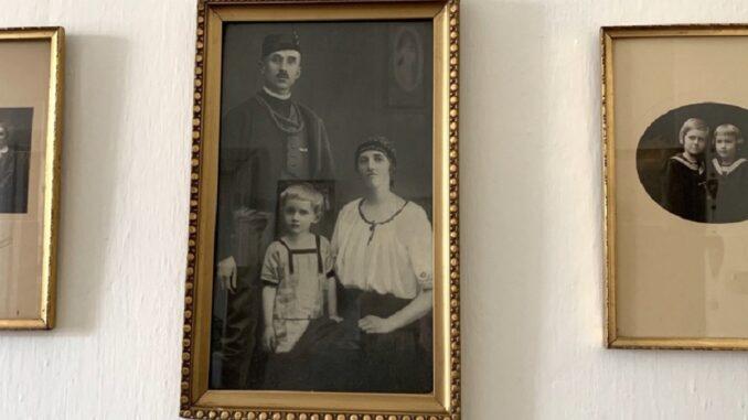 Starsá fotografie ve zlatém rámečku
