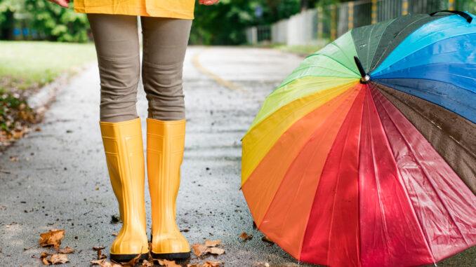 Dívka v gumácích a s deštníkem.
