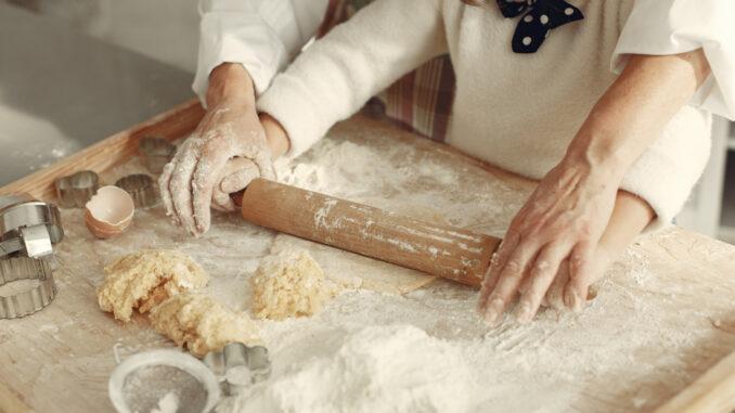 Babička s vnučkou připravují těsto.