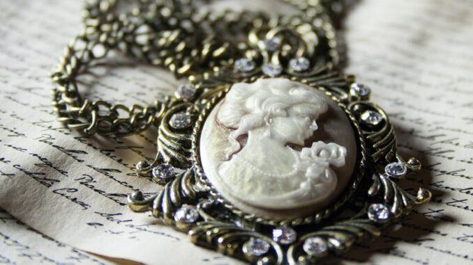 Starý medailon položený na starém dopise