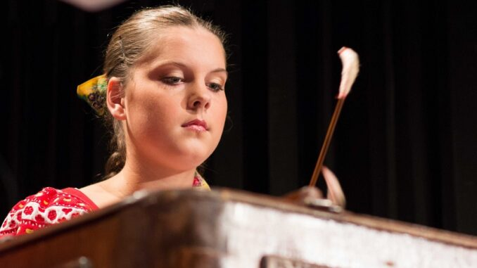 Dívka hrající na cimbál.