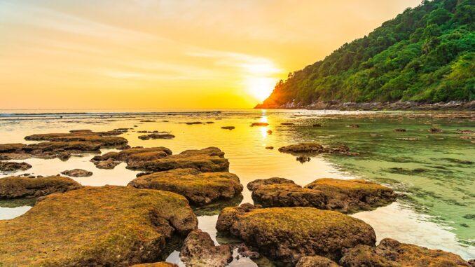 Zapad slunce nad ostrvem.