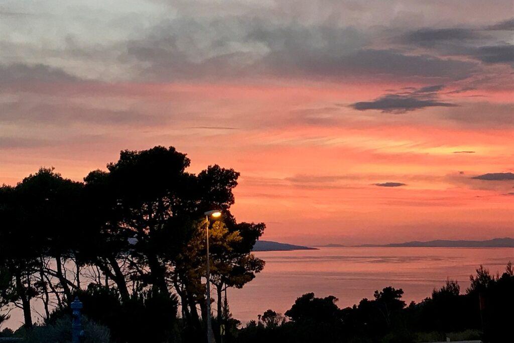 Západ slunce nad mořem.