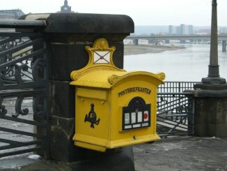 Žlutá poštovní schránka