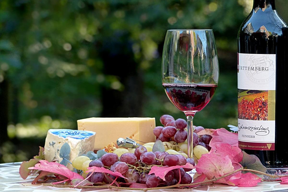 Víno a sýry.