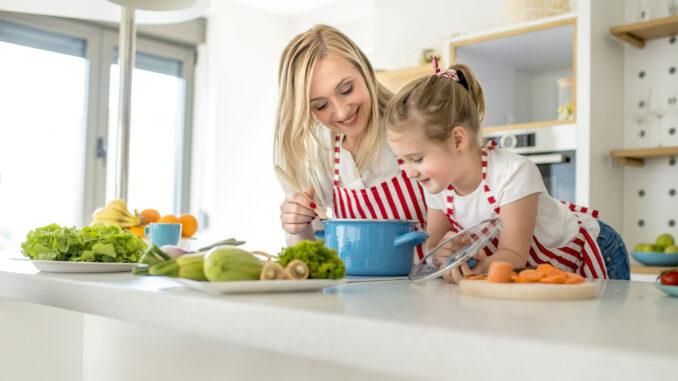 Matka a dcera vaří.