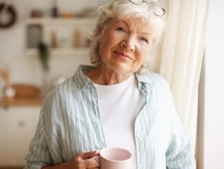 Usmívající se žena s kávou.