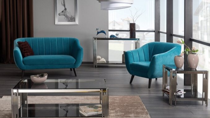 Obývací pokoj s modrou sedací soupravou.