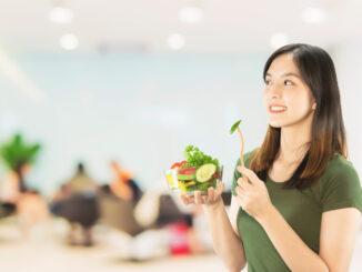 Žena jí zeleninu.