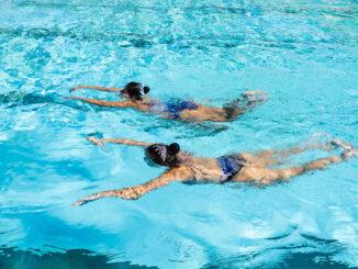 Plavání v bazénu.