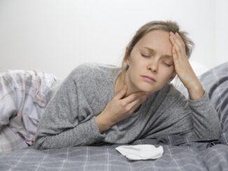 Ženu bolí v krku.