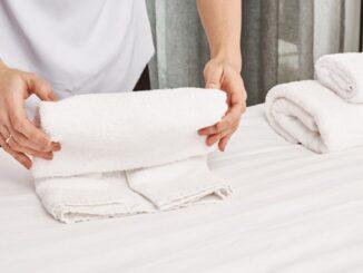 Skládání ručníků.