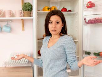 Žena před lednicí.
