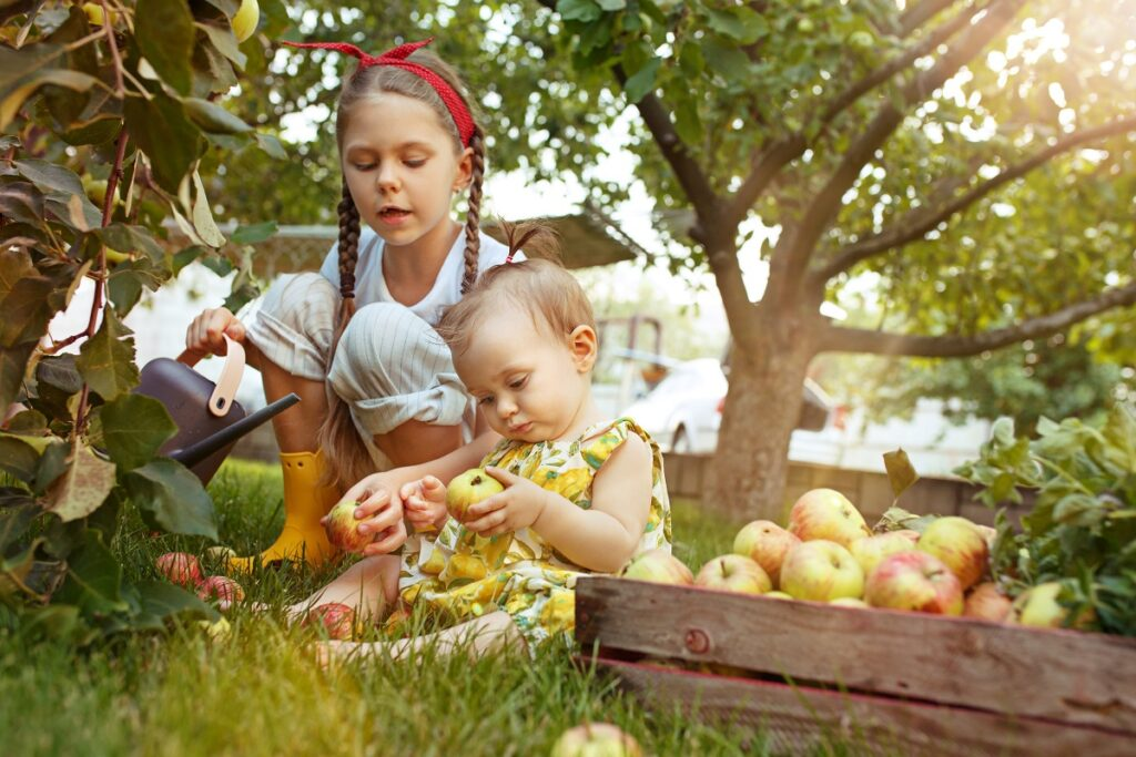 Děti s úrodou jablek.