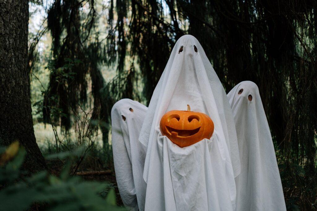 Děti se převlékají do kostýmů na Halloween.