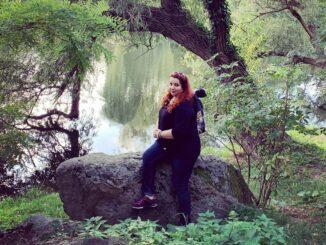 Úžasná Bára na břehu rybníka